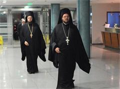 Лика - прилика - Ламби Ничев и зад него гласеният за Стобийски епископ Дионисий на модно ревю..