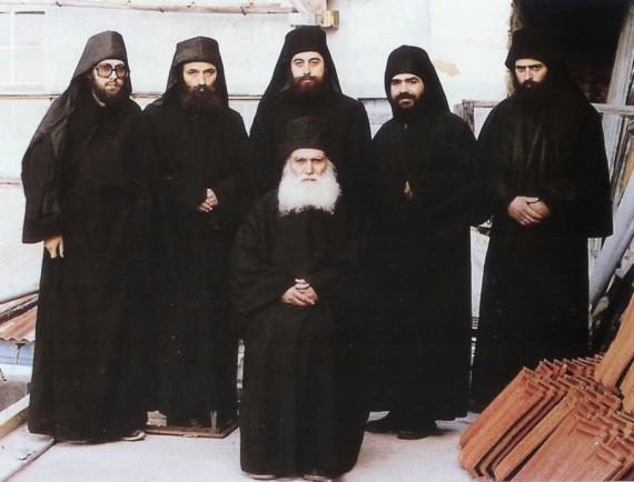 Старец Ефрем Катунакиот с братството си