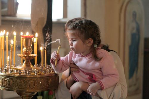 дете пали свещ