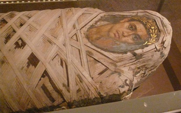 800px-Metropolitan_Mummy_with_portrait_of_a_youth_Roman