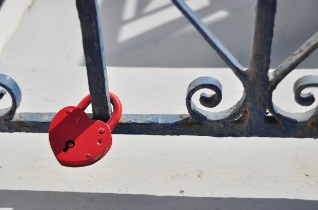 santorini_fence_lock_red_greek_island_greece-1348862.jpg!d